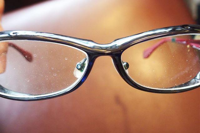 水垢などが付いた汚れ放題のメガネです