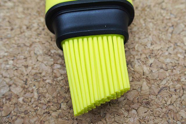 毛細管現象か何なのか、原理はよくわからないのですが、ブラシに油が染み込んで、塗ることができます