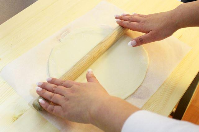 20分休ませた生地は、めん棒で伸ばしてピザの形状に!