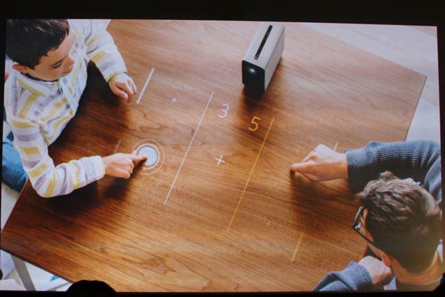 テーブルの上で家族や友達とゲームを楽しむ取った使い方も可能