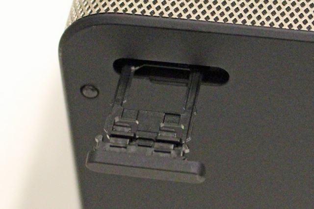 microSDXCメモリーカードスロットは背面に配置されている