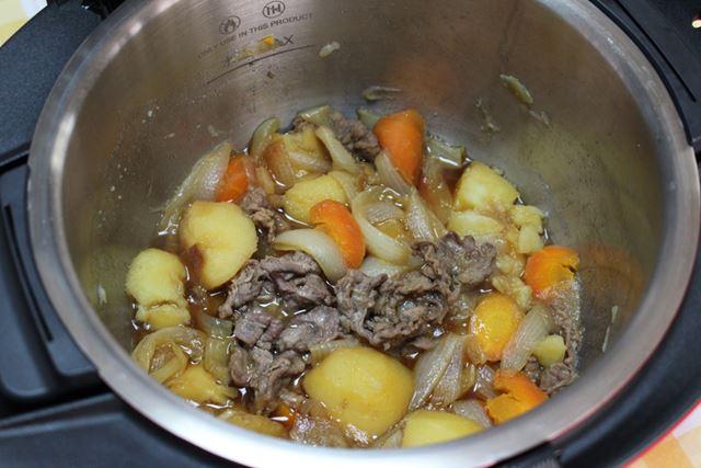 約35分で肉じゃがが完成。野菜から出た水分で、だし汁もほどよく出ています