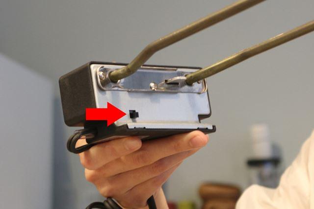 ヒーターは矢印の部分が押されている間以外は通電しないという安全設計