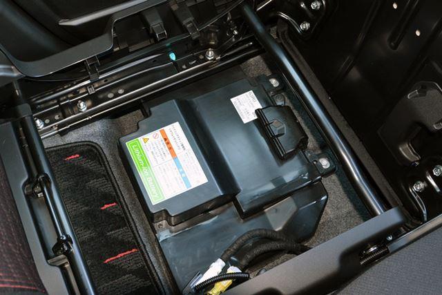 マイルドハイブリッドに使われるバッテリーは、シート下に備わる。スタート時のEV走行は最長で10秒ほど