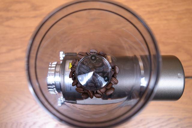 ホッパーの容量は50gで、1人分となる10gを入れるとこのくらいの溜まり具合