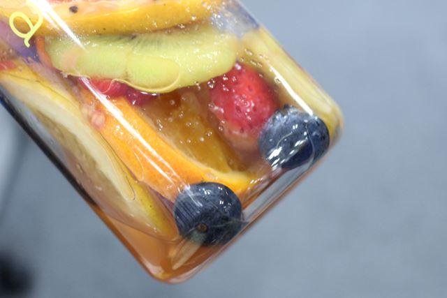 ほかのフルーツがどんどん崩れるのをよそに、びくともしないブルーベリー