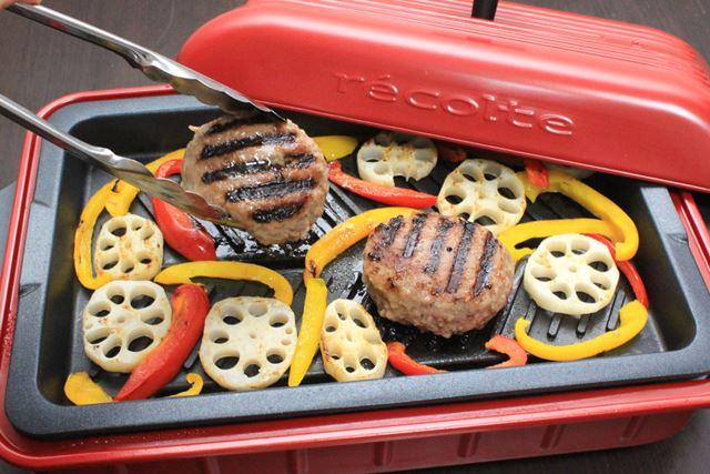 ハンバーグも、焼き目が付くと一層おいしそうに! 付け合わせも一緒に焼いてしまえば楽チン