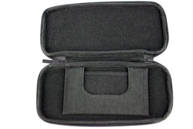 ケース内は、起毛のフェルト素材。Nintendo Switch本体に傷が付きにくくなっています