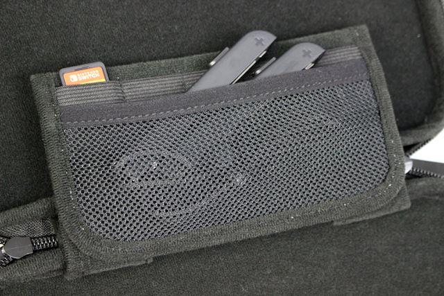 仕切りパッドの裏側にはポケットが付いており、ゲームカード最大5枚とJoy-Conストラップ2個を収納可能