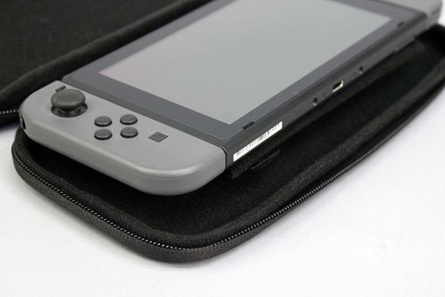 Joy-Conストラップを仕切りパッドに収納した状態だと、Nintendo Switch本体が若干浮き上がってしまいます