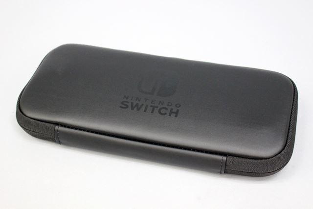 Joy-Conストラップを仕切りパッドから取り出して「Nintendo Switch」を収納すると、膨らみはなくなります