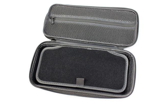 ケース内にはポケットと仕切り板を搭載