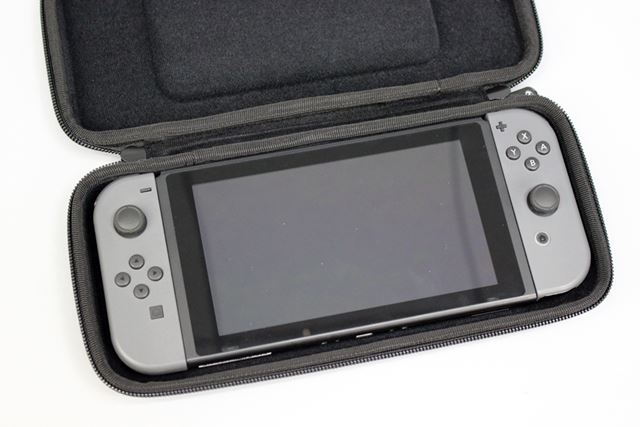 凹凸構造により、「Nintendo Switch」の底面とケースの間に隙間はできず。ケースにぴったりと収まりました