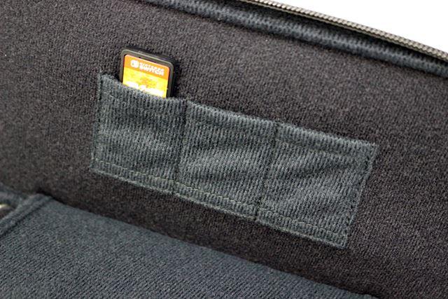 ケース内側は3枚のゲームカードを収納できるポケット付き