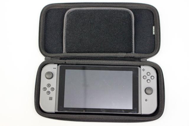 「Nintendo Switch」を収納するとぴたっと収まり、大きな隙間などはなし