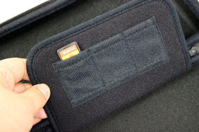 液晶部を保護するためのセパレーターの裏には、ゲームカード用のポケットを3つ搭載