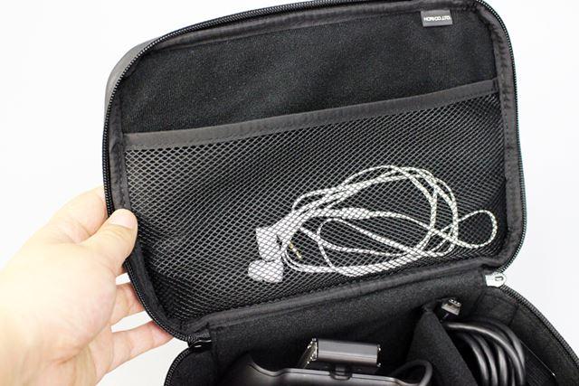 かばんのフタ部分の裏側にはメッシュのポケットがあり、イヤホンなど小物はここに入れればOK