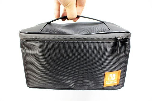 取っ手が付いているため、ほかのかばんに入れる必要はなく、そのまま持ち運べます