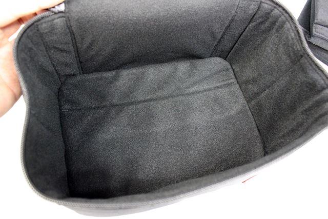 バッグの内側はソフトな素材を採用