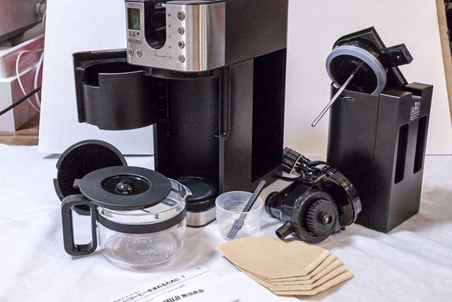 付属品は、計量カップと掃除用ブラシと説明書。コーヒーフィルター5枚も同梱される