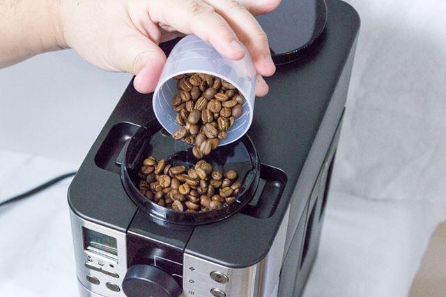 本体上部のミル部分のふたを外して、豆を投入する