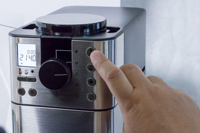 液晶の下のプラスマイナスボタンでカップ数をセレクトして、右上の「豆からボタン」を押すだけ