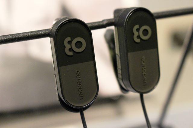 有線タイプの「EarsOpen」。Bluetoothタイプ、および聴覚補助タイプはネックバンド型を採用しています