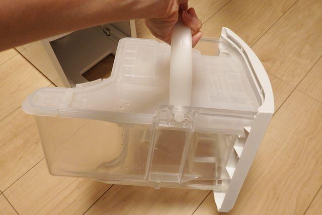 排水タンクには取っ手が付いているので、持ち運びはしやすいです