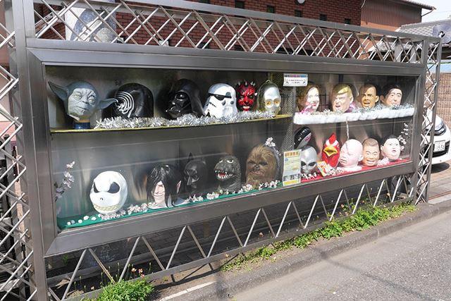 閑静な住宅街の中、生首…ならぬおもしろマスクがズラッと並べられてインパクトあり過ぎです