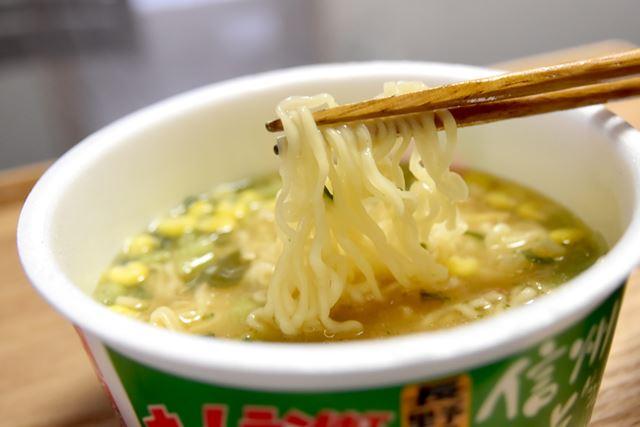 麺は、細いちぢれ麺タイプ。ホームラン軒特有のノンフライ麺です