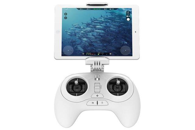 コントローラーにタブレットやスマホを接続して、カメラの映像を見ながら操作ができる