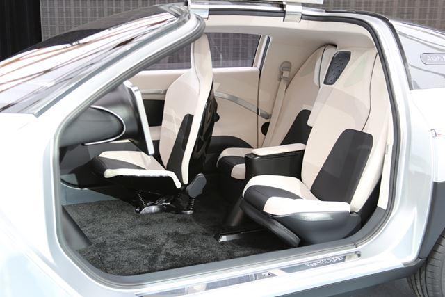 黒と白を配したインテリア。運転席は右に配置され、助手席がない3座となっている