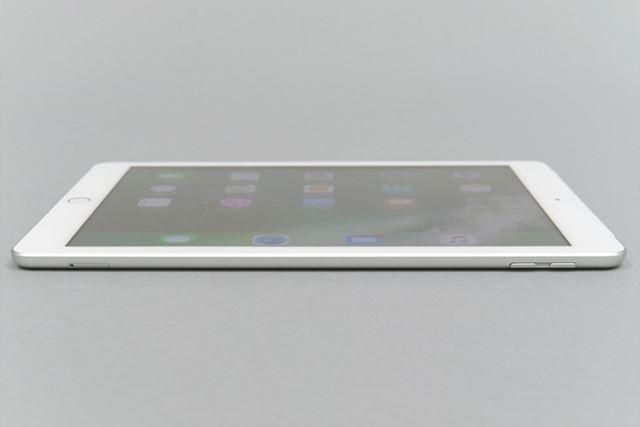 新型iPadは、iPad Air 2よりもわずかに厚みが増している。それでも十分スリムだ