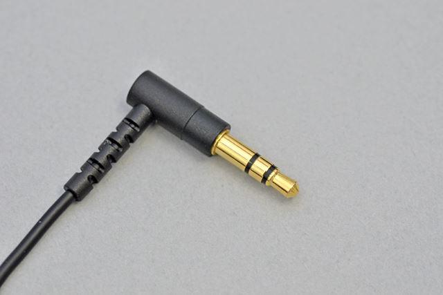 ケーブルは柔らかくて取り回しがしやすい。イヤホン端子はL字型タイプだ