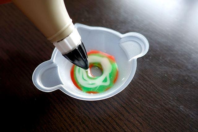 次にスープ……ですが、茶色のペンがなかったので、まぜまぜ鍋の中で色を混ぜて自作