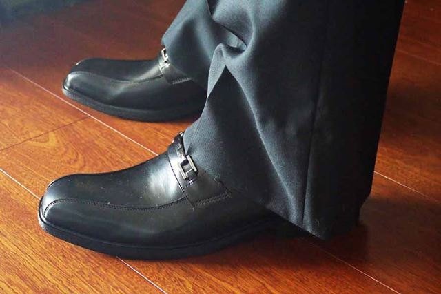 パッと見ると普通の革靴のように見えるのですが…