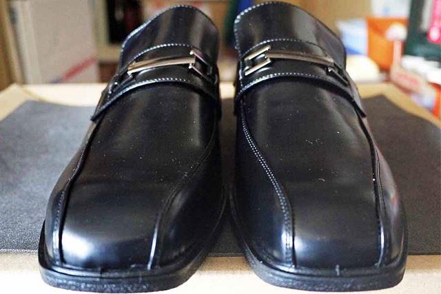 正面から見れば革靴履いているなって感じですよね