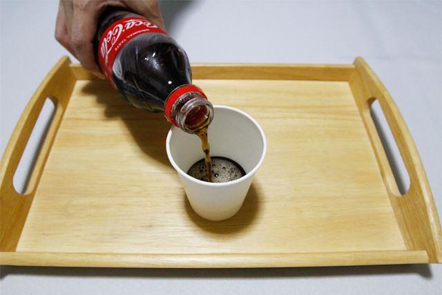 コカ・コーラと底に書いた紙コップにはコカ・コーラという具合に、それぞれのコーラを注ぎます