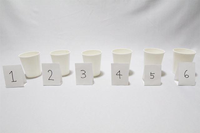 紙コップに注いだ6つのコーラをシャッフルして1〜6の順に並べます