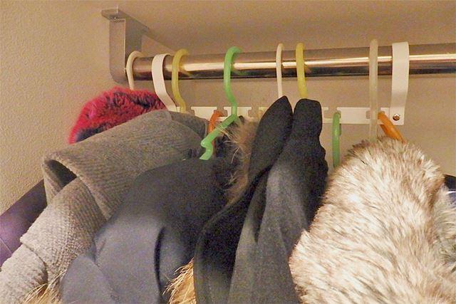 穴と穴の間のスペースを利用して、元のパイプにも段違いで洋服が掛けられ、スペースを有効活用!