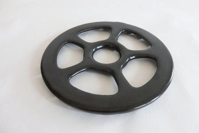 五徳の上に重ねて使う補助器具。丸型の一般的な五徳であれば使用可能