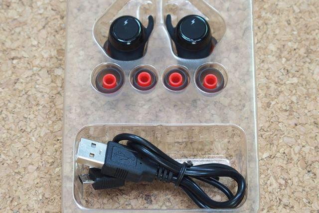 本体とサイズ違いのイヤーパッド2種(本体に装着してあるので全部で3種)とUSBケーブル