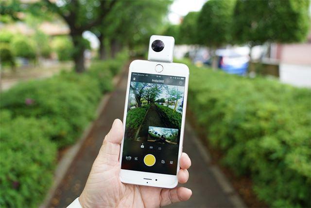 Insta360 Nanoを使用するときは、このようにiPhoneを上下逆に持ちます