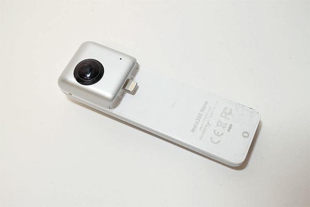 本体背面です。背面側にもレンズが搭載されているのが360度カメラたる所以です