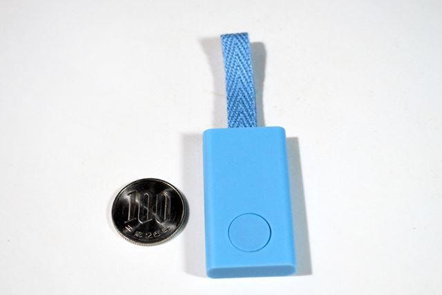 こちらがスマートタグ本体です。100円玉と比べると、その小ささがわかるかと思います