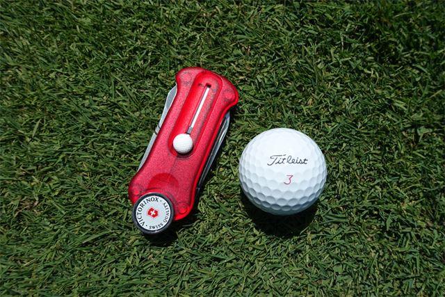 ゴルフボールと並べてみると、サイズ感が伝わるかと思います