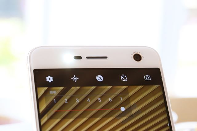 BLADE V8にはインカメラにも7段階の調整が可能なフラッシュを搭載