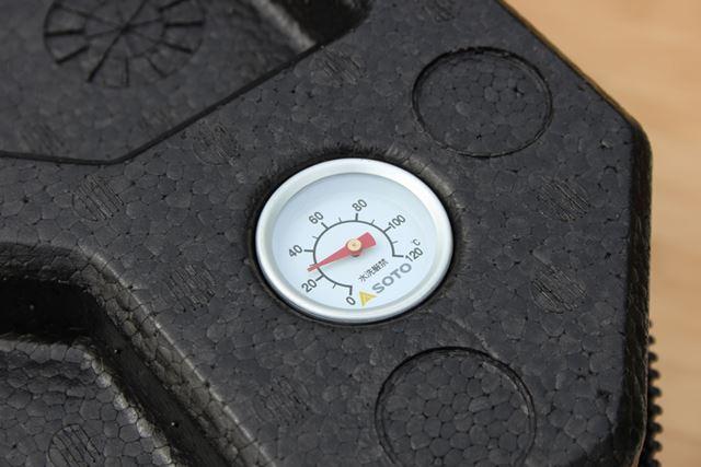 フタには、eMEAL内の温度を測れる温度計が装備。取り外せば、調理中の鍋の温度を計ることもできます