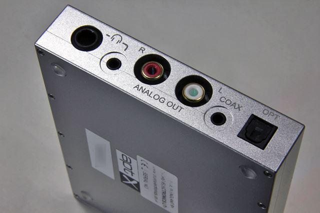 USB入力のある側面の反対側。USB以外の入力端子と出力端子はこちら側にまとまっている