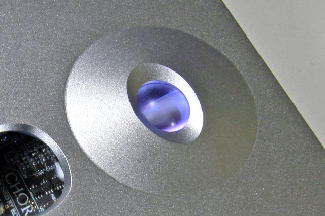 Hugo 2のボリュームダイヤル部分。ボール状のボタンの周りがやや盛り上がったデザインとなっている